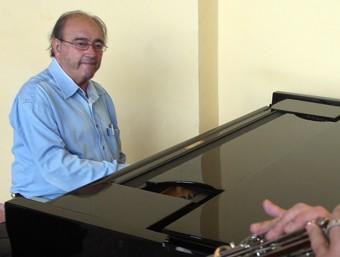 Santos, al piano, i Jordi Molina, tenora, assagen al Teatre Lliure l'espectacle inaugural de la fira.  O. DURAN