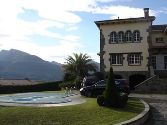 La casa assaltada, amb la vista de la muntanya de Santa Magdalena al fons. TURA SOLER