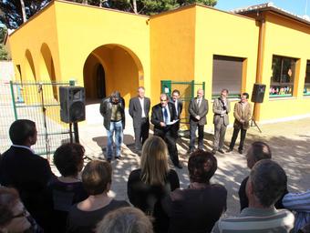 Les autoritats i veïns durant l'acte d'inauguració d'ahir.  PERE DURAN