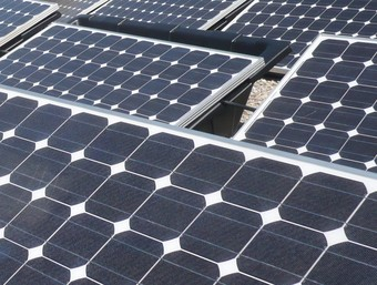 Plaques fotovoltaiques instal·lades aquest estiu al CEIP Pompeu Fabra de Sant Adrià.  J.G.N