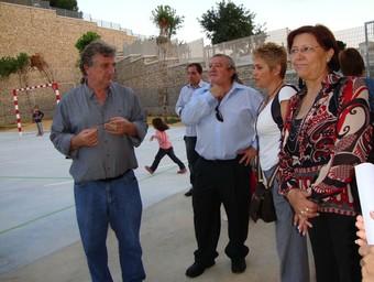 L'alcalde visita les noves instal·lacions de l'escoleta amb una colla de mares i pares. /  CEDIDA