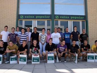 Presentació, a les portes de la seu principal de Caixa Popular, de la lliga que patrocina aquesta entitat cooperativa. /  ARXIU