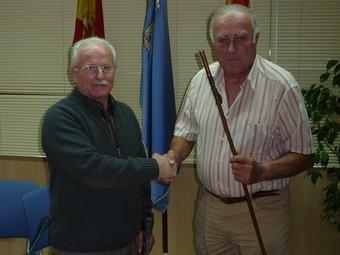 Jaume Brichs, amb la bara d'alcalde al costat, del batlle dimissionari, Josep Escofet.  A.M