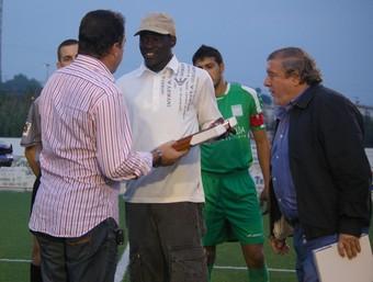 Musafa rep el reconeixement públic del Club de Futbol de Calp. /  CEDIDA