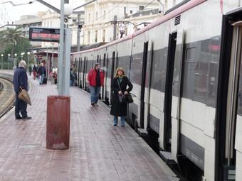 Un comboi aturat a l'estació de Vilanova i la Geltrú de la línia del Garraf.  RAÜL MAIGÍ