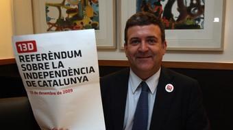 Alfons López Tena, amb un dels cartells de la campanya per fomentar la participació el 13 de desembre.  ORIOL DURAN