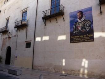 Façana principal del Palau Ducal de Gandia amb un cartell de Sant Francesc de Borja. /  ARXIU