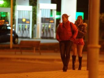 Dues prostitutes oferint en seus serveis a l'N-II, a l'altura de Mataró./  QUIM PUIG
