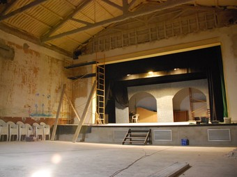 Imatge de la sala de teatre del Centre Parroquial, que està renovant-se i adequant-se a la normativa de seguretat.  M.L