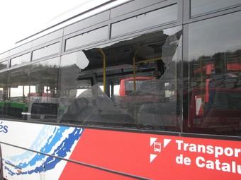 Un dels busos apedregats dijous al Vallès Oriental.  ACN