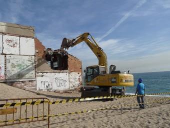 Les tasques de demolició de l'antic restaurant tindran una durada de dues setmanes.  M.M