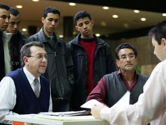 Diversos immigrants acompanyen un empresari per fer la regulació en la Seguretat Social.