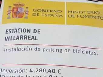 Cartell ubicat a l'estació de rodalies de Vila-real. /  EL PUNT