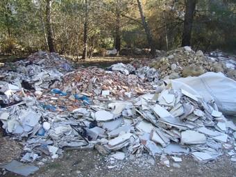L'abocador il·legal situat enmig d'una zona boscosa del terme municipal de Perafort.  G. P