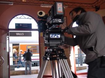 Al vagó de tren l'actriu Aina Clotet, a punt de baixar a Valls, mentre un tècnic roda la seqüència.  A. ESTALLO