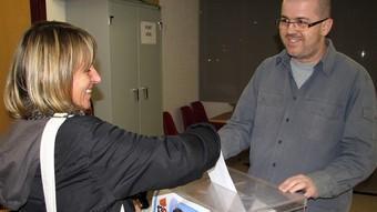 Una dona emet el seu vot anticipat, ahir.  ORIOL BOSCH / ACN