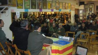 El Pla de l'Estany, a punt. Voluntaris que col·laboren en la consulta al Pla de l'Estany es van reunir ahir al Foment de Banyoles (a la foto) per preparar la feina dels pròxims dies. A les últimes hores, en aquesta comarca han aprovat la moció de suport a la consulta el Consell Comarcal i els ajuntaments de Serinyà i Esponellà. A la Garrotxa, Sant Jaume de Llierca també ha aprovat el text.