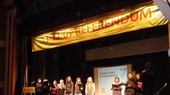 Un moment de l'acte celebrat ahir al vespre al teatre municipal de Cal Bolet, a Vilafranca del Penedès.  ALBERT MERCADER
