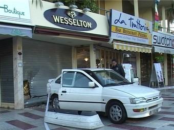 El cotxe que van fer servir els lladres i la persiana visiblement destrossada.  TV COSTA BRAVA