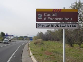 Un dels nous senyals que indiquen la direcció per arribar al Castell d'Escornalbou.  EL PUNT