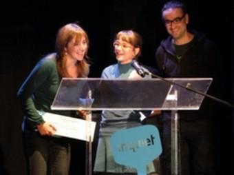 Les autores del Clip repleguen el premi atorgat a l'Inquiet 2009. /  ARXIU