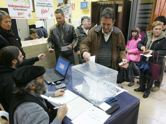 Un veí de Constantí dipositant al seu vot a la urna, en la primera tongada de consultes, del passat 13 de desembre.  M. M