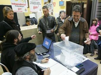 Un veí de Constantí dipositant el seu vot a l'urna, el passat 13 de desembre.  M. MARTÍNEZ