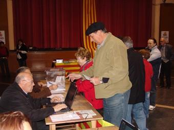Un home votant al municipi de La Jonquera, a la taula que estava instal·lada a la Societat. J.P.