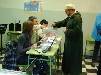 El veí de Torroella Hassan Hamouda, exercint el seu dret a vot ahir al migdia a l'escola de música. CARLES RIBERA