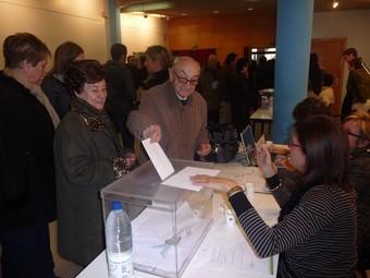 Un home vota en una de les meses electorals de les Borges Blanques.  D.M