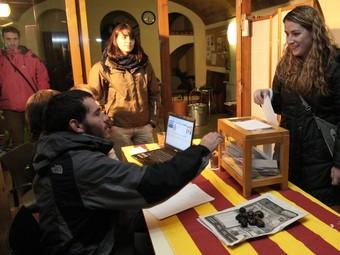 Les votacions a Sant Jordi Desvalls.  LLUÍS SERRAT