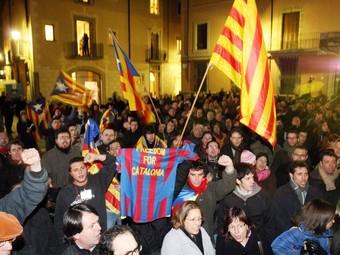Osonencs celebrant els resultats de participació a la plaça de la Catedral de Vic  ALBERT ALEMANY