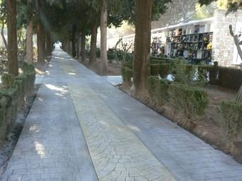 Paviment del carrer central del cementiri d'Oliva. /  M.S