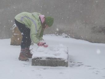 Una nena juga amb la neu a Belltall.  AMICS DE BELLTALL