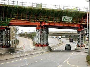 Imatge del pont pel qual passarà el TAV a l'autovia de Banyoles, en una imatge d'aquesta setmana.  MANEL LLADÓ