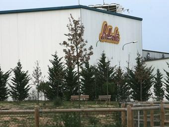 La façana de la planta de Bellsolà, situada al municipi d'Aiguaviva.  MANEL LLADÓ