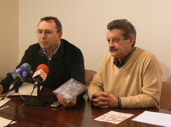 El regidor de Cultura i Enric Bofí en l'acte de presentació dels gravats. /  CEDIDA