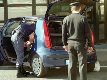 La Policia Nacional realitza un escorcoll a un vehicle denunciat. /  ARXIU