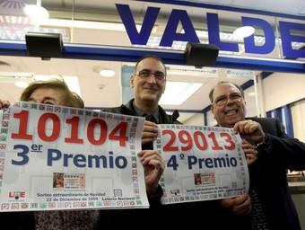Els propietaris de l'administració Valdés de Barcelona, en què es va vendre parts del tercer premi i d'un quart.  EFE