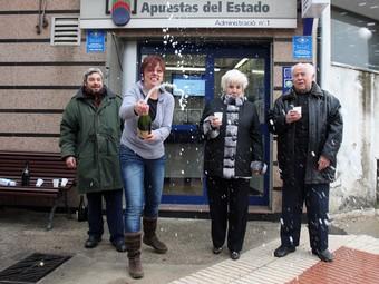 L'empleada i la propietària de l'administració de loteria de Puig-reig fan córrer el cava. ORIOL DURAN