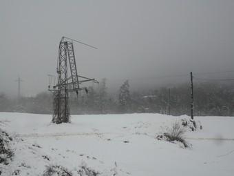 Una torre que va caure a la Vall d'en Bas i que va deixar molta gent sense llum.  J.C