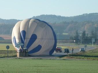 El globus es va veure obligat a aterrar en el voral d'una carretera.  ANNA CAMPS