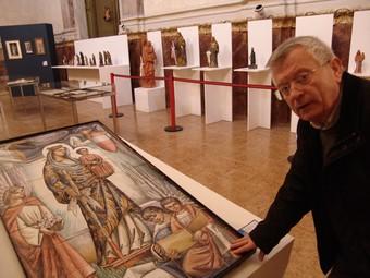El rector de la parròquia de Sant Joan, de Valls, mostra una de les obres.  A. ESTALLO