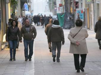 Gent passejant per un carrer per a vianants de Tarragona, ahir a la tarda.  MARTA MARTÍNEZ