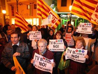 Protesta davant l'Ajuntament per demanar la continuïtat de TV Blanes. LLUÍS SERRAT