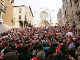 Milers de tarragonins es van reunir ahir sota les escales de la catedral per reivindicar la capitalitat.  MARTA MARTÍNEZ