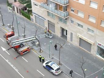 Els bombers van fer caure ahir, preventivament, les rajoles d'una façana al carrer Rovira i Virgili de Tarragona.  M.J.R