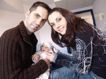 La parella formada per Xavier Vall i Montse Bella, amb el Biel, el seu primer fill.  A. ESTALLO
