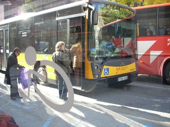 Usuaris de l'autobús de Girona a la parada de plaça Marquès de Camps.  D.V