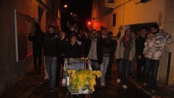 Adolescents passejant per la vila amb els naps a punt per repartir. G.ARIÑO